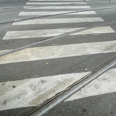 Le strade di Roma sono sempre una sorpresa: ancora oggi mi stupisco quando vedo dove sbucano certi vicoli, scopro cosa c'è dietro una curva a gomito, decido di camminare per una via mai percorsa. E non c'è niente di meglio, nel frattempo, che ascoltare gli U2. Vi ho mai detto di quanto mi piacciono?