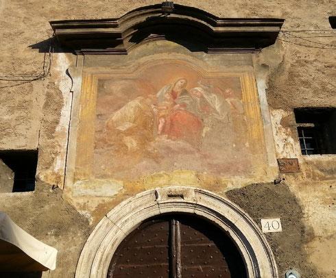 Al n. 40 di via del teatro Marcello l'antico ingresso del monastero di tor de' Specchi in cui visse santa Francesca Romana