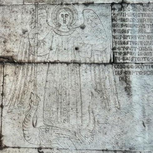 Avete mai notato l'arcangelo Gabriele inciso all'interno di porta san Sebastiano? Realizzato nel Trecento, celebra la vittoria delle milizie romane contro quelle di Roberto d'Angiò, re di Napoli