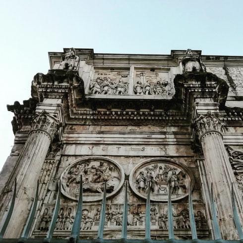 Costruito dopo la vittoria su Massenzio, l'arco di Costantino è da molti considerato come il monumento che, per il disinvolto riciclo e riutilizzo di rilievi di epoche precedenti, inaugura l'arte medievale