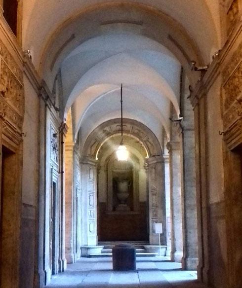L'ingresso di palazzo Mattei su via Caetani: progettato da Carlo Maderno, ospitò nell'Ottocento anche Giacomo Leopardi