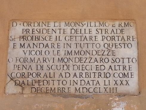 Non sarebbe forse il caso di ripristinare le pene corporali per chi sporca le strade di Roma, come avveniva nel Settecento?