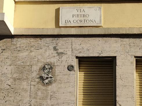 Chissà se chi abita in via Pietro da Cortona si è accorto della presenza dell'artista sui muri della strada  Che poi chissà se lui è contento di starsene su questi palazzi così regolari, per niente barocchi. Dall'espressione direi proprio di no