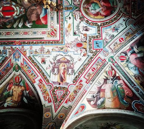 """La volta della sala del Tempesta di palazzo Colonna è decorata alla fine del Cinquecento da Giovan Battista Ricci e Ludovico Lanzone, """"pittori compagni"""" che hanno attinto a piene mani al vocabolario delle grottesche per celebrare il casato"""