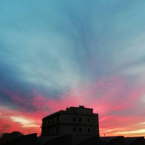 Sono più un tipo da alba che da tramonti: mi piace la dolcezza del cielo quando pian piano si schiarisce, la luce rosa che conquista pian piano un pezzetto di cielo sempre meno scuro, e mi piace pensare che l'alba è per pochi, mentre un tramonto lo possono vedere tutti senza sforzi. Ma poi...poi l'altro ieri c'era questo tramonto qui, e io stavo quasi per cambiare idea