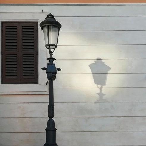 I lampioncini lungo la scalinata di piazza di Spagna sono magici, e fanno luce anche quando la lampadina è spenta