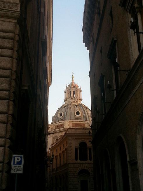 Passeggi distratta ed ecco che da un vicoletto spunta fuori una cupola...a Roma le chiese sono ovunque