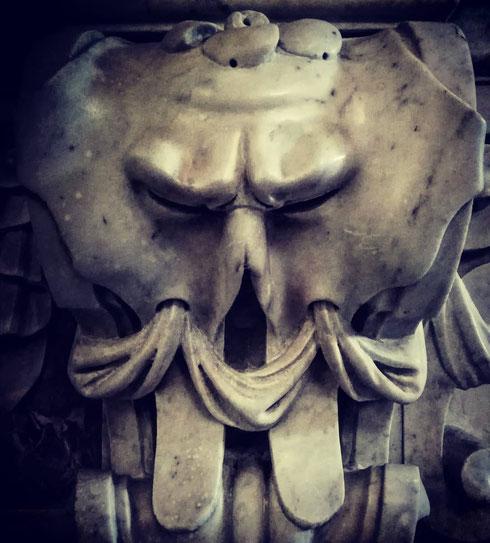 Anche i mascheroni di santa Maria in Aquiro mal sopportano il lunedì, specialmente con l'ora solare, visto che alle 18.00 sarà già buio