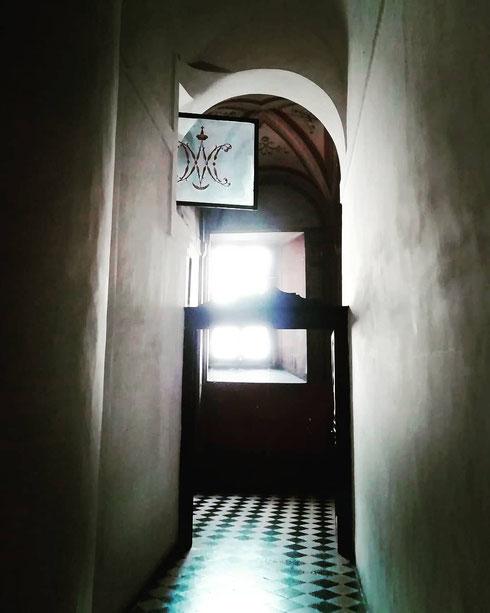 Dietro l'altare di san Carlino alle Quattro Fontane si celano corridoi nascosti, ma pieni di luce