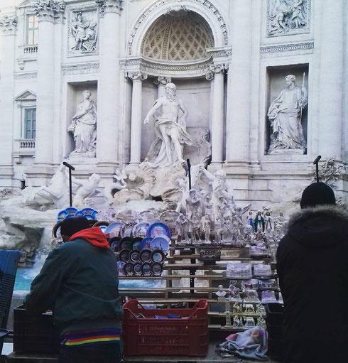 Capisco il piattino con il papa, passi anche la lupa Capitolina o il modellino del Colosseo...ma perché, da turista, dovrei comprare la piccola torre di Pisa, o la riproduzione del David di Michelangelo proprio di fronte alla fontana di Trevi?