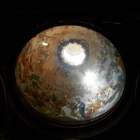 Dal buio della navata di sant'Ignazio, in tutto il suo splendore