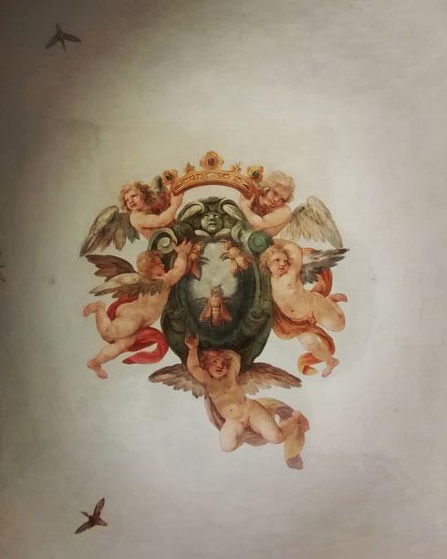 Incuranti della pioggia e del cielo bigio, i puttini di palazzo Barberini issano come ogni giorno lo stemma del casato