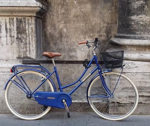 Bici blu davanti alla chiesa di san Giacomo, su via del Corso