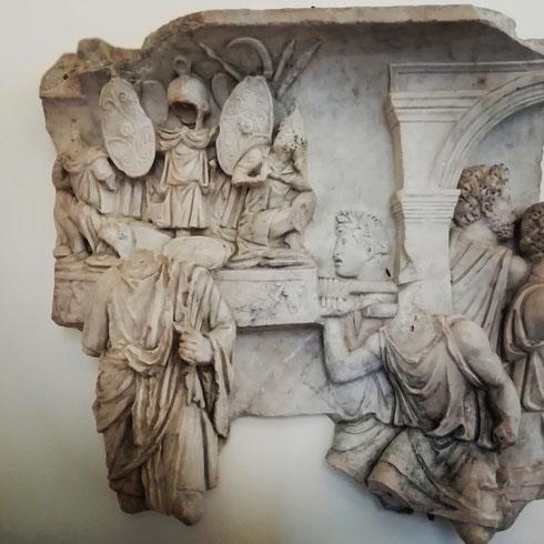 La cerimonia del trionfo è tra quelle più imponenti e impressionanti di epoca romana. Questo rilievo di palazzo Altemps, datato all'età severiana, ne mostra una piccola parte