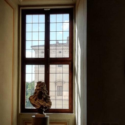 Il problema maggiore quando si visita palazzo Barberini è che non sai mai dove guardare, e anche una finestra sembra un quadro in cornice