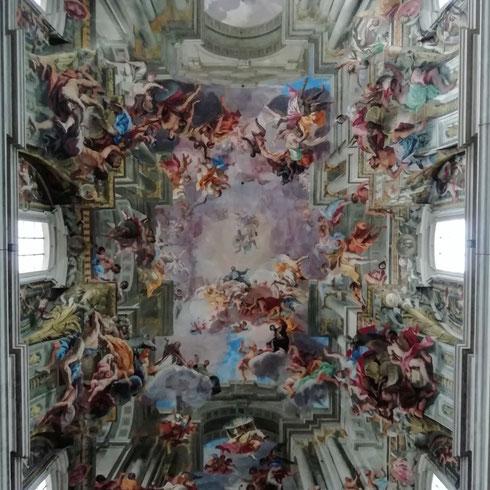 Per vedere bene la volta con la gloria del santo dipinta da Andrea Pozzo a sant'Ignazio hanno da tempo piazzato un grande specchio al centro della navata centrale. Io l'ho ignorato e ho deciso di guardarla a testa in su, e la testa mi ha girato. Non per la cervicale, ma per la meraviglia