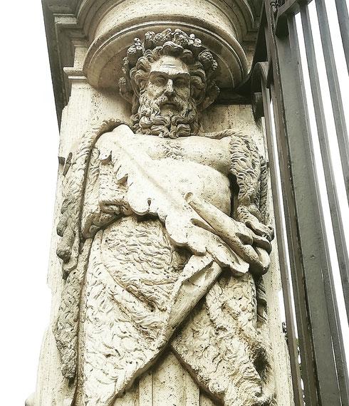 Sarà una mia impressione, ma sembra che il #telamone della cancellata di palazzo Barberini abbia uno sguardo particolarmente severo...ce l'avrà con me? O con chi lascia le bottiglie sporche proprio sotto i suoi piedini di pietra? Zozzoni romani (e turisti), suvvia, non fatelo arrabbiare