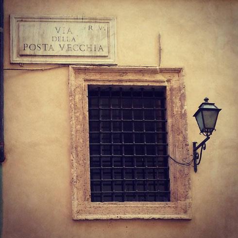 Proprio dietro piazza Navona, via della Posta Vecchia deve il suo nome al fatto che i corrieri di posta partissero da qui