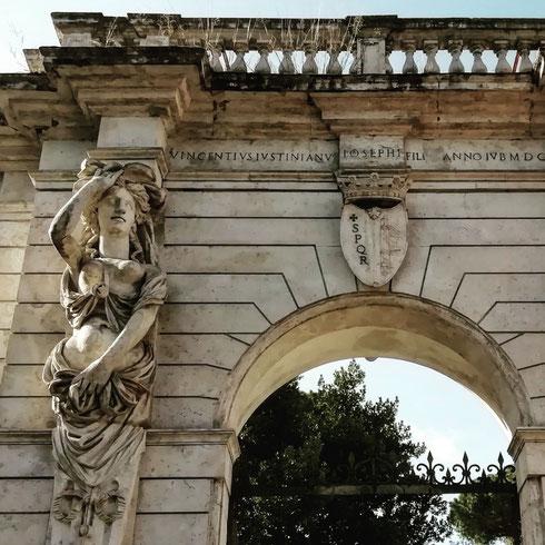 Un tempo proprietà della famiglia Mattei, che qui collocò gran parte della sua collezione di statuaria classica, villa Celimontana è uno dei luoghi più piacevoli dove passeggiare al Celio, tra chiese e resti di acquedotti romani. Ma c'è un intruso: il bel portale su via della Navicella arriva infatti dalla villa Giustiniani-Massimo al Laterano, demolito nel 1885 e rimontato qui con qualche modifica (e oggi un po' di erbacce)