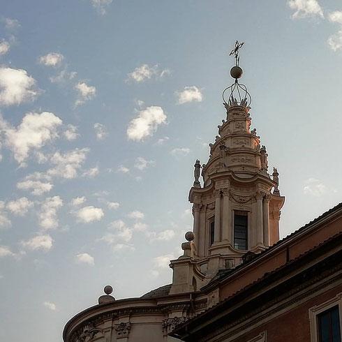 Periodicamente vi propino la foto dell'arzigogolata cupola di sant'Ivo alla Sapienza, opera di Borromini...il gioco che preferisco  è riconoscerla sul profilo della città mentre cammino, e uno dei punti di osservazione migliore è dalle parti di piazza sant'Eustachio, dove il lanternino si svela piano piano