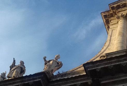 Ma che cosa avranno mai da dirsi tutto il giorno le statue sulla facciata di san Giovanni dei Fiorentini?