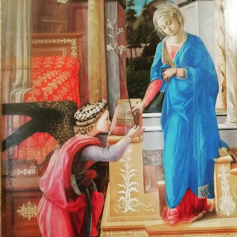 Per la sua Annunciazione, conservata oggi a palazzo Barberini, Filippo Lippi dipinge tessuti preziosissimi, un giardino incantato e un angelo elegante e dai modi gentili