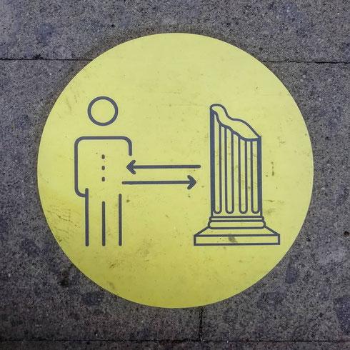 Al mausoleo di Cecilia Metella si è così evoluti da rispettare non solo la distanza interpersonale, ma anche quella tra persone e colonne