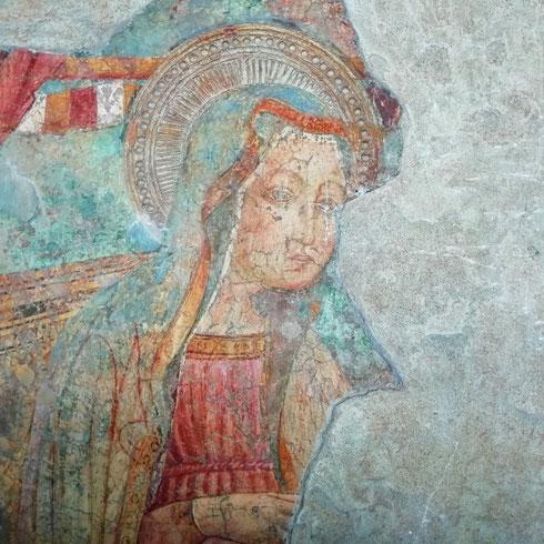 Nonostante i danni subiti nel bombardamento del luglio 1943 - e il complesso successivo restauro - nella basilica di san Lorenzo fuori le mura sopravvivono resti degli affreschi del XII secolo. Siete mai stati qui? Per me è uno dei posti più affascinanti della città, uno di quelli in cui si percepisce passo dopo passo che ogni pietra ha una storia da raccontare