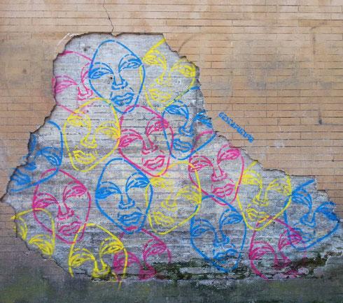 Saranno mica aliene quelle facce colorate che scrutano con attenzione ogni passante dal muro scrostato di piazza del Popolo?