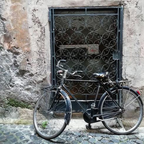 Ci sono strade di Roma che sono fotogeniche in ogni angolo...Campo de' Fiori per esempio lo è sempre, senza però risultare mai pittoresca o stucchevole. Se poi c'è una bici, tanto meglio