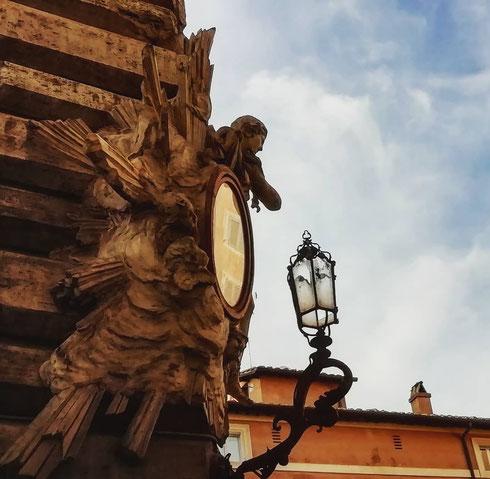 Madonnelle, madonnone, madonnine...via dei Coronari ne è ricca, e tra le più belle c'è forse quella all'angolo di palazzo Lancellotti, con gli angeli che sorreggono la tela della Madonna Addolorata.