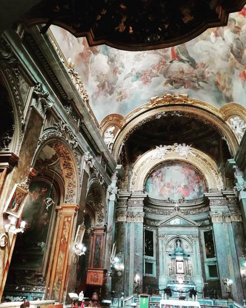 Antichissima, la chiesa di san Silvestro in Capite venne costruita all'inizio dell'VIII secolo sulle rovine di un tempio antico. Restaurata nel Duecento (di quell'epoca rimane il campanile) è oggi il risultato di un ultimo intervento concluso nel 1703
