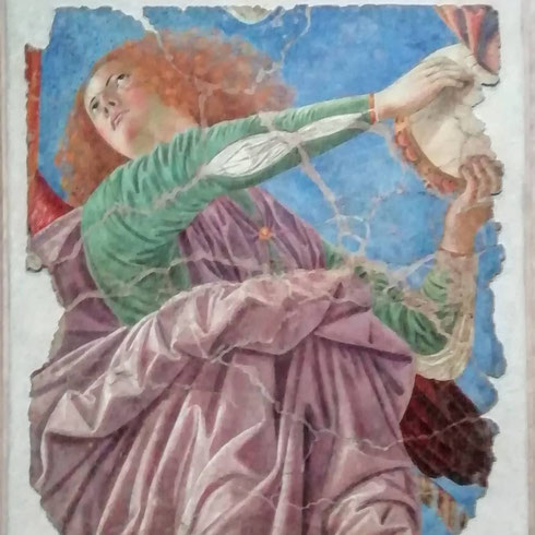 Come sono fru fru gli angeli di Melozzo da Forlì. Pittore amatissimo da papa Sisto IV (Sisto 4, direbbero al Louvre) Melozzo affrescò l'abside dell basilica dei santi Apostoli con l'immagine di Cristo circondato da una teoria di festosi (ed elengantissimi) angeli musicanti.  L'affresco, degli anni Settanta del Quattrocento, rimase al suo posto fino al XVIII secolo, quando si pensò bene (?) di sostituirlo. Per fortuna ne sono state conservate grosse porzioni che ora si trovano ai musei Vaticani e al Quirinale (Cristo è sullo scalone d'onore)