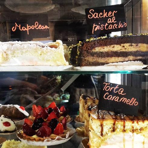 Ma, se subito dopo aver fatto colazione incollo sognante il naso alla vetrina dei dolci del Caffè Eliseo su via Nazionale, voi dite che è grave?