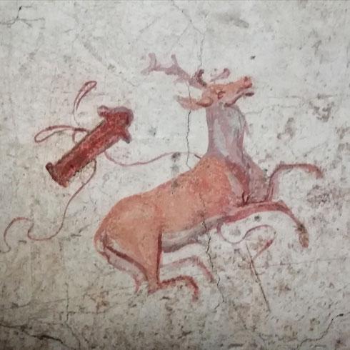 Gli archeologi hanno finalmente trovato la prova che cercavano: babbo Natale esisteva già nell'antica Roma. Come lo hanno capito? Analizzando gli affreschi della villa di Agrippa, oggi al museo nazionale romano, hanno rintracciato una rara raffigurazione della renna Rudolph, all'epoca nota come Rudolfus. Buon Natale