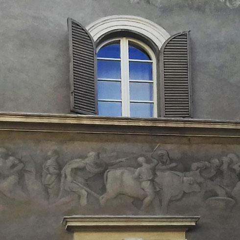 Tolti i ponteggi, in piazza dei Ricci torna a vedersi la decorazione cinquecentesca di Polidoro da Caravaggio
