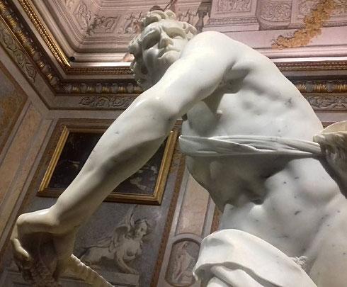 La leggenda dice che il cardinale Maffeo Barberini, futuro papa Urbano VIII, abbia tenuto lo specchio a Bernini, che nel David della galleria Borghese scolpisce un suo autoritratto