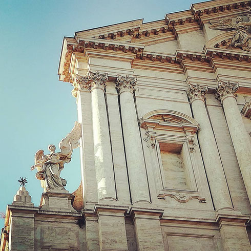 Se ne sta solo soletto l'angelo sulla facciata di sant'Andrea della Valle, senza nessuno sul lato opposto, come vorrebbero le regole della simmetria, e dall'alto cerca per strada qualcuno che voglia fargli compagnia