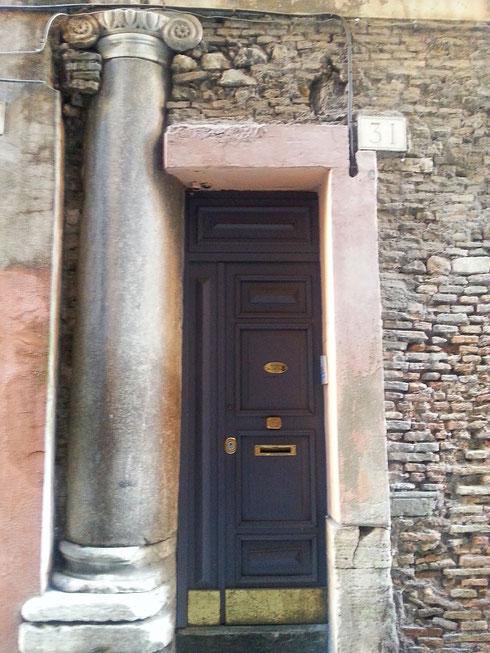 Certo però che l'ingresso di casa mia non è mica bello come questo...