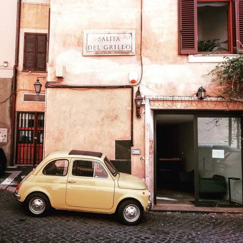 Il più classico degli scenari romani: una strada del centro, i sampietrini, una Cinquecento gialla. E il marchese del Grillo che ancora non s'è svegliato...