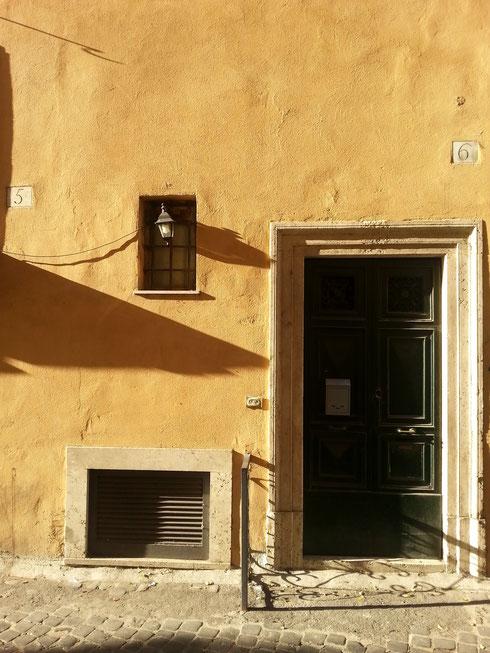Il fascino discreto di un muro giallo alle otto di mattina...via dei Lorenesi
