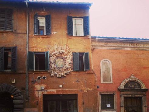 Finestre e ingombranti madonnelle su via di Monserrato