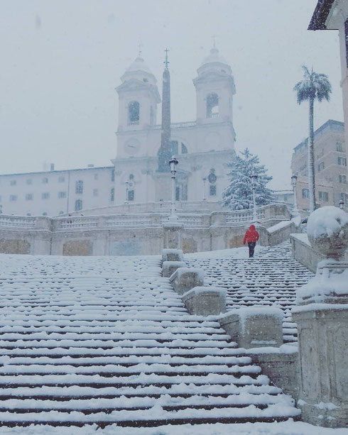 Soffice, morbida, bianca, lieve lieve, sembra panna...la neve a piazza di Spagna ci fa tornare improvvisamente bambini