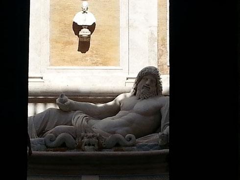Sembra sonnacchioso Marforio in questa calda giornata di fine estate...che non abbia voglia di parlare con gli altri suoi compari, statue parlanti come lui?