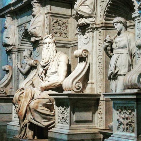 Burbero com'è, il Mosè di Michelangelo a San Pietro in Vincoli è l'unico che apprezza la quarantena...così se ne può stare per conto suo senza che i turisti lo infastidiscano. Lo sapete che in origine la tomba di Giulio II (della quale in Mosè è la parte più nota e pregiata) avrebbe dovuto essere costruita nel bel mezzo della basilica di san Pietro in Vaticano? Ci vollero più o meno quarant'anni per arrivare al progetto definitivo, e al trasloco a san Pietro in Vincoli