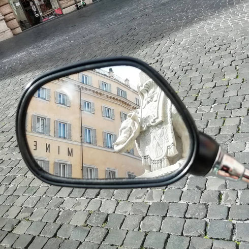 L'elefantino della Minerva prova a guardarsi nello specchietto (sporco) della mia bici