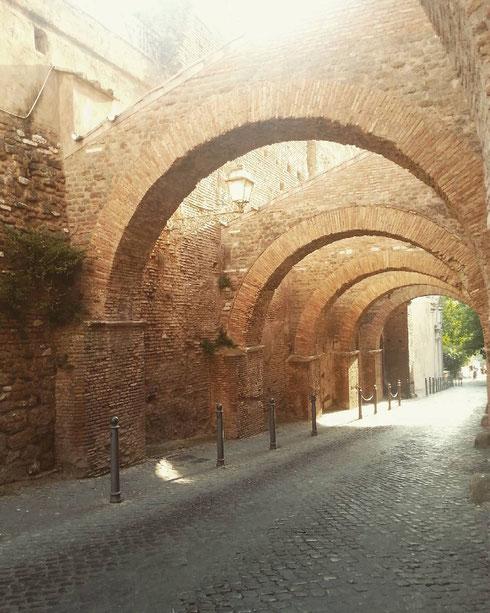 Il Clivo di Scauro al Celio ricalca perfettamente l'antica strada romana...come passeggiare all'indietro nel tempo...