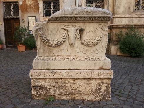 Che ci fa un sarcofago antico in piazza di santa Maria in Campo Marzio?
