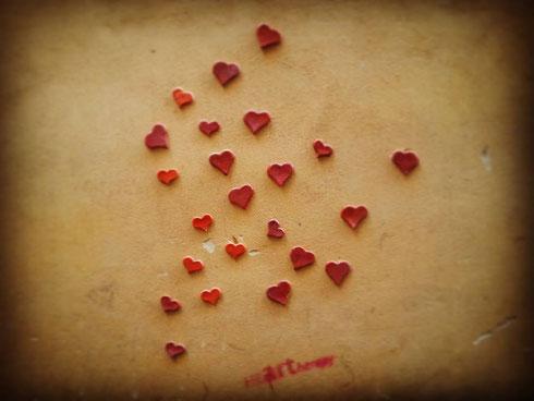 Muro ricoperto da cuoricini rossi in via degli Spagnoli. Eh sì, è proprio san Valentino...