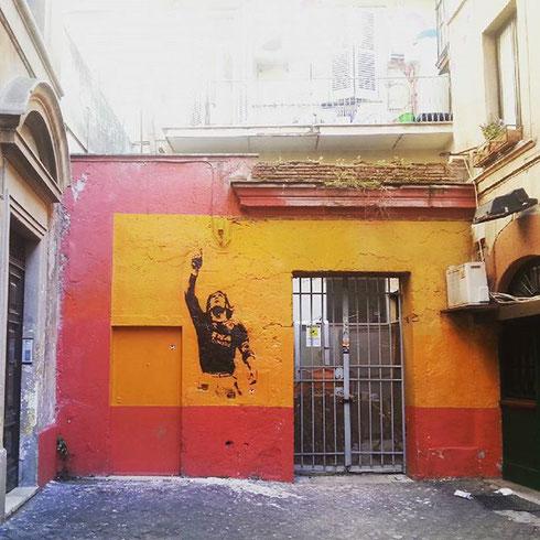 Finalmente l'ho trovato! C'è solo un capitano, e il murales di via del Pozzuolo a Monti lo comprova...
